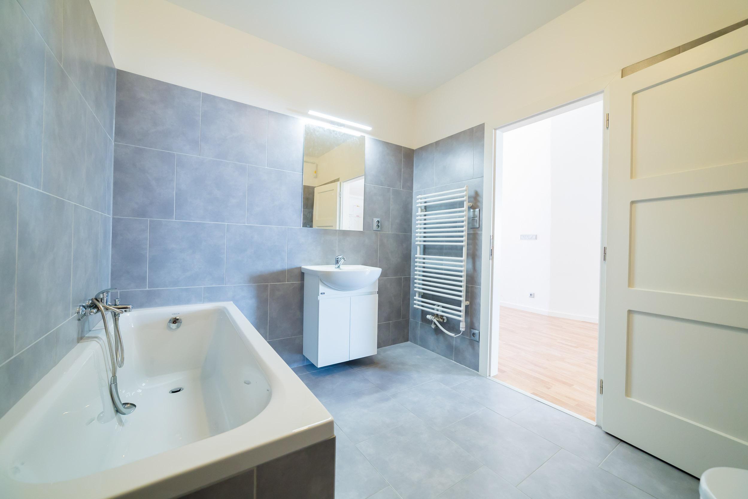 opava reality koupelna vana radiator umyvadlo dlazba dvere svetlo skrinka zachod baterie