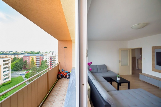 opava reality balkon televize sedacka dvere panelak kolo zabradli orchidej sedacka stul