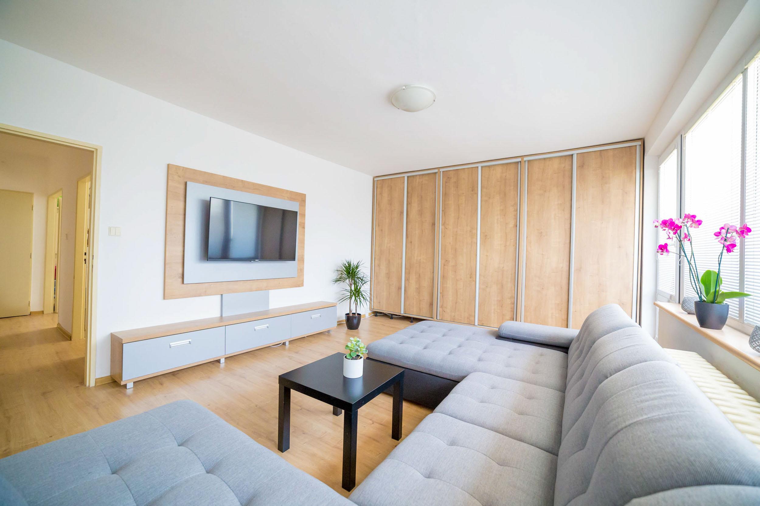 opava reality orchidej kvetina vestavna skrin stul televize sedacka svetlo dvere radiator okno zaluzie