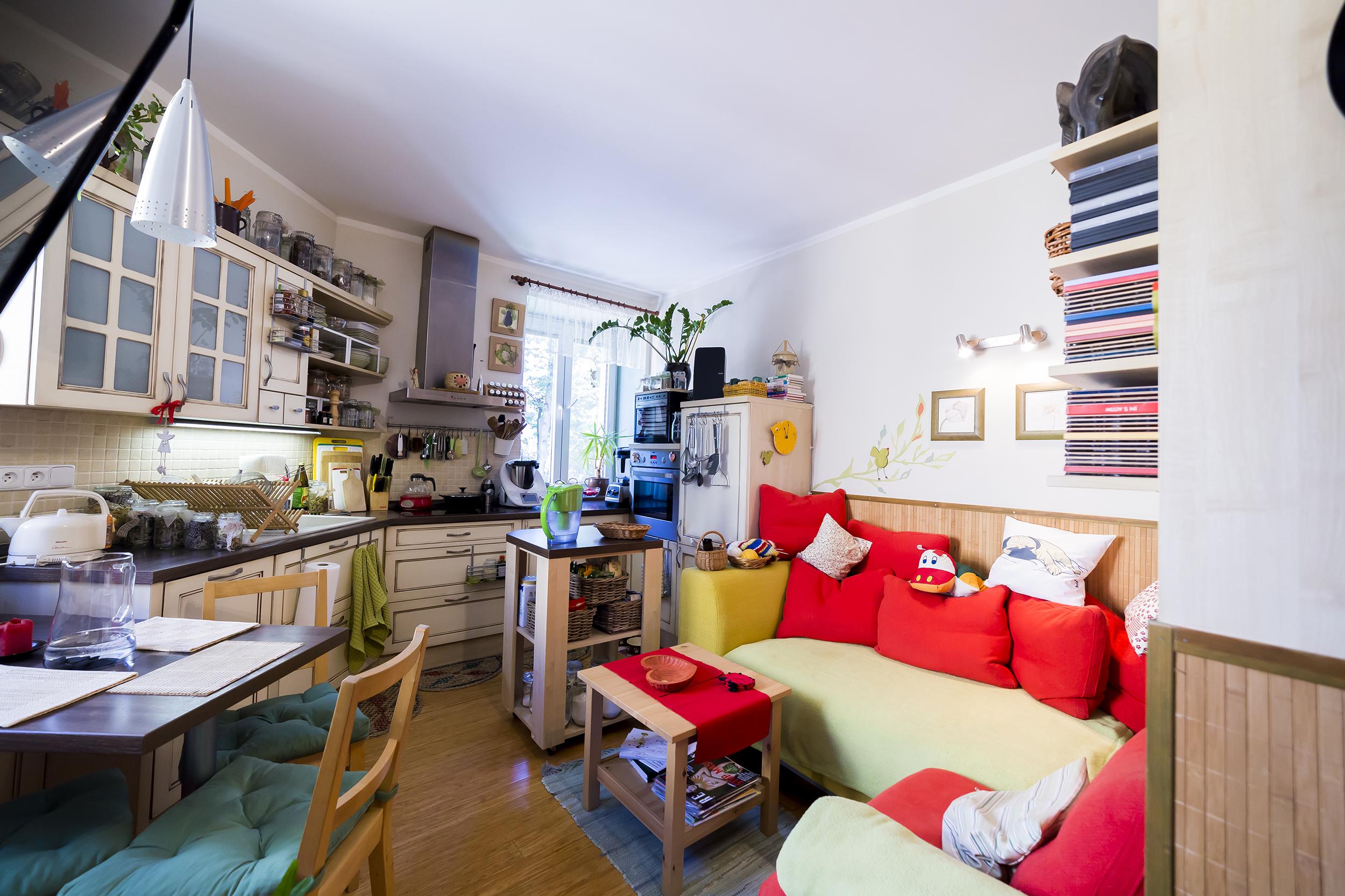 opava reality knihy sedacka polstar stul koberec zidle okno digestor svetlo