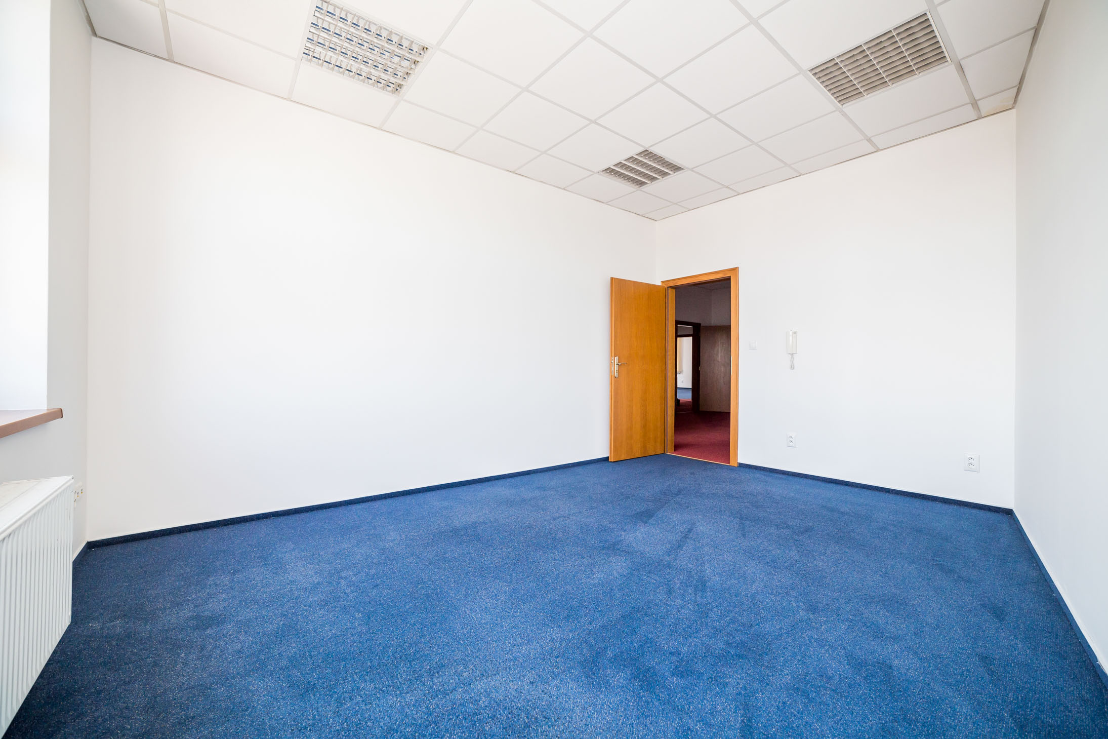 opava reality podhled svetlo dvere modry koberec telefon parapet radiator