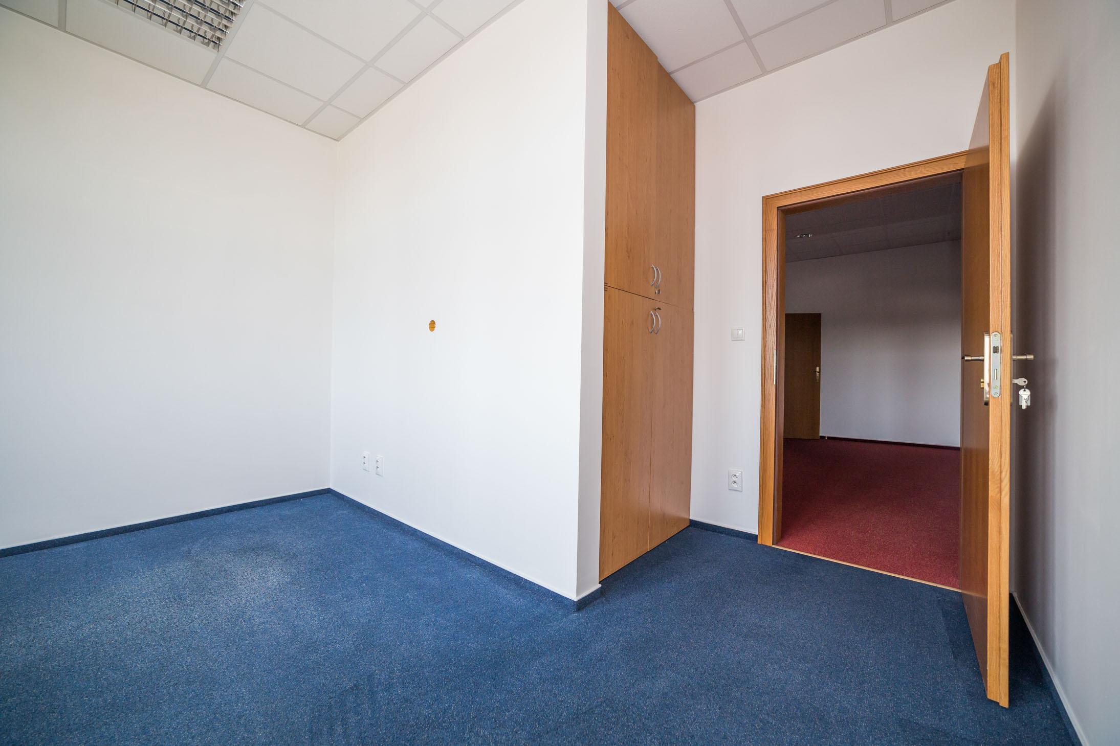 opava reality modry koberec dvere klika klice skrin podhled svetlo zaruben