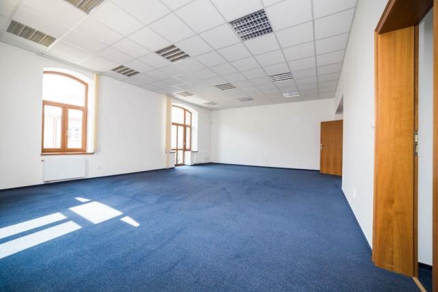 opava reality okno dvere zarubne podhled svetlo modry koberec radiator