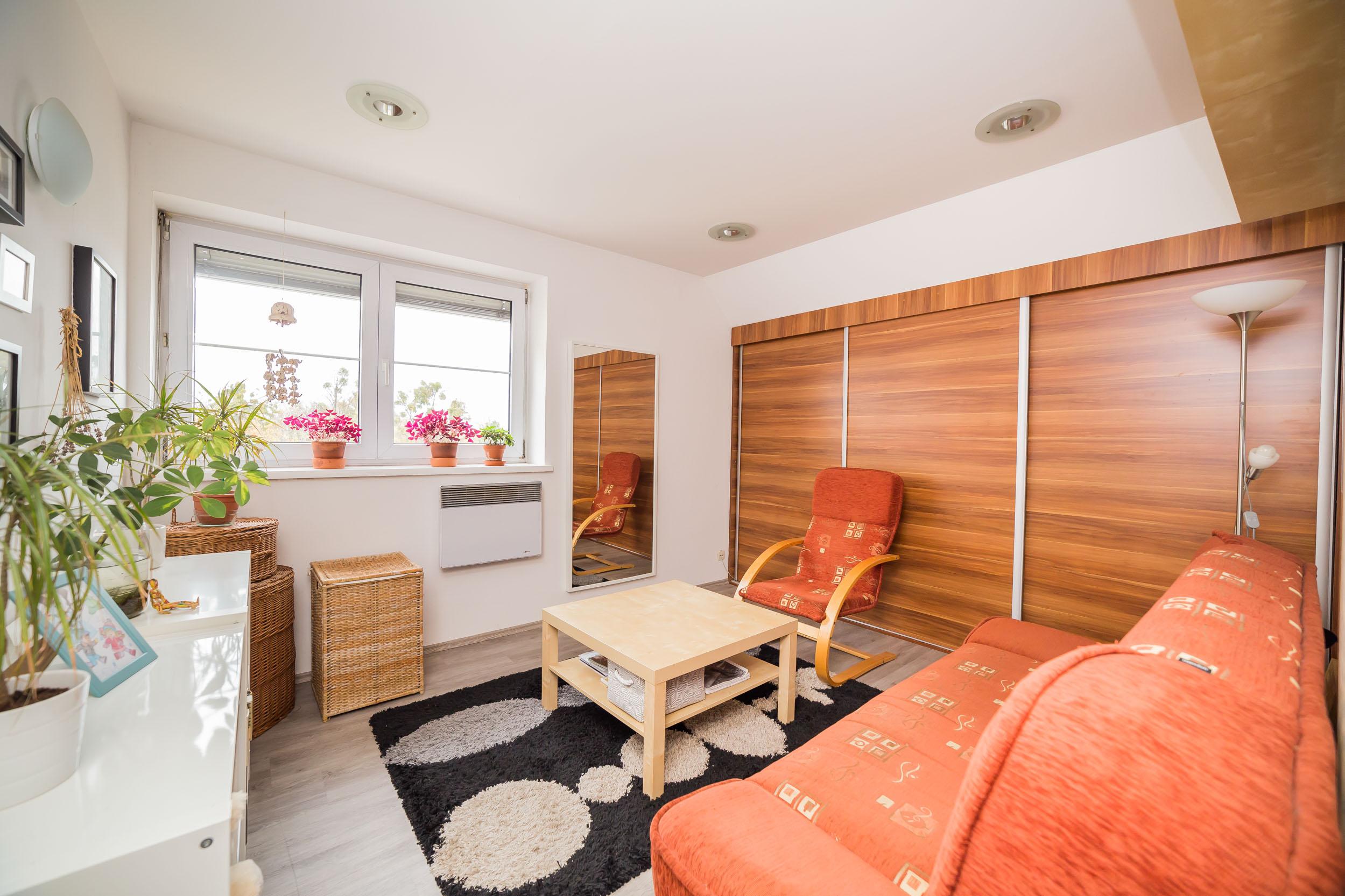 opava reality vestavna skrin lampa sedacka koberec kos okno zaluzie ramecek radiator