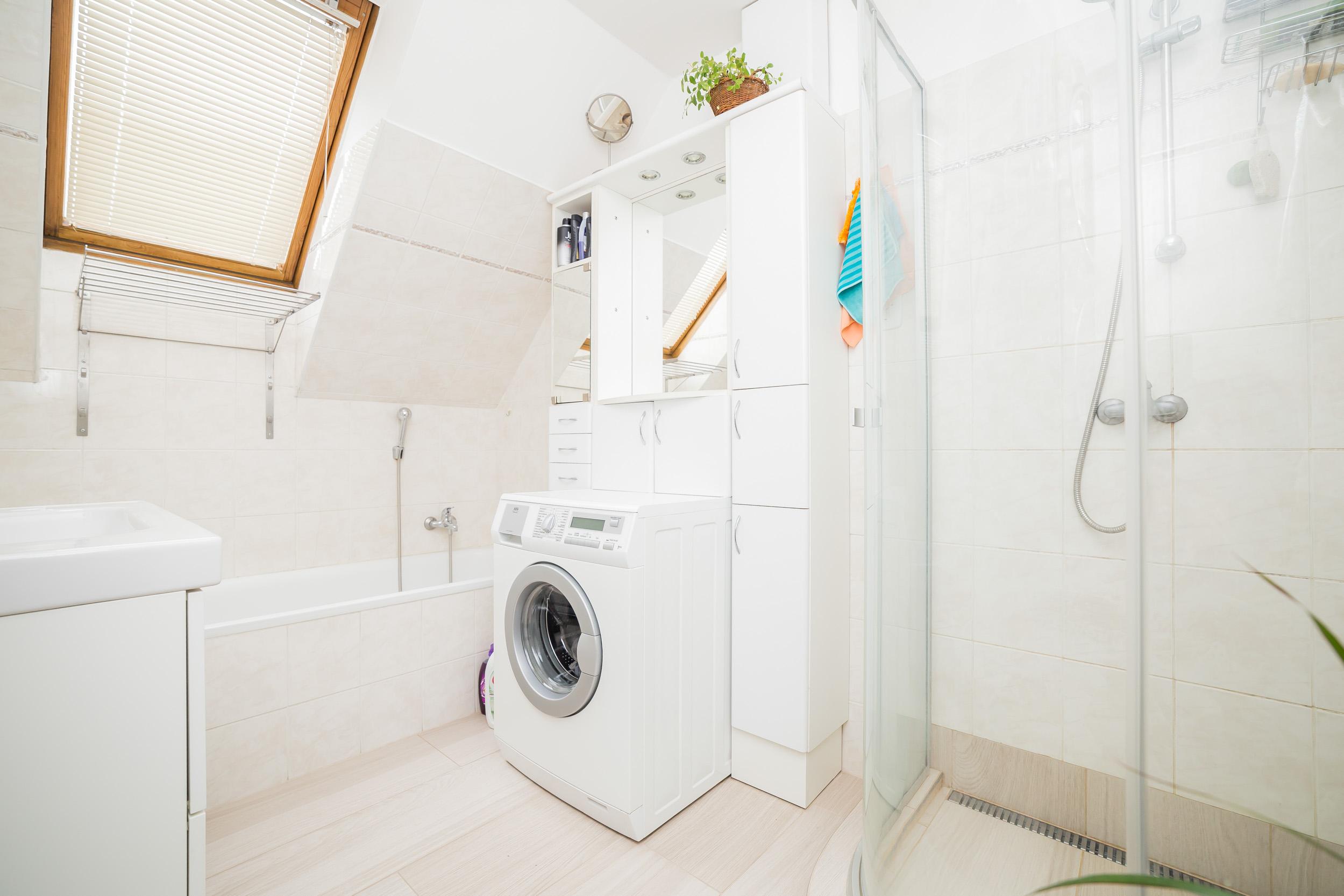 opava reality koupelna sprcha vana pracka okno umyvadlo vesak rucnik dlazba zrcatko