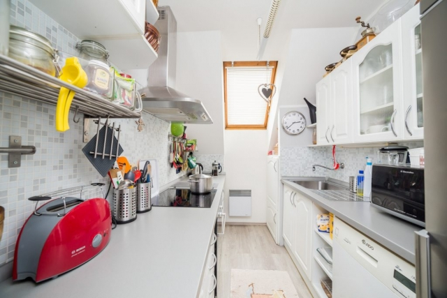 opava reality kuchyn svetlo toustovac mikrovlnka police varna deska hrnec