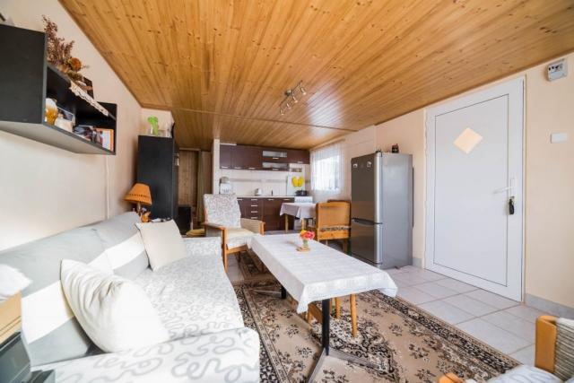 opava reality lednice koberec sedacka kuchynska linka lampa skrin svetlo dreveny strop ubrus kvetina