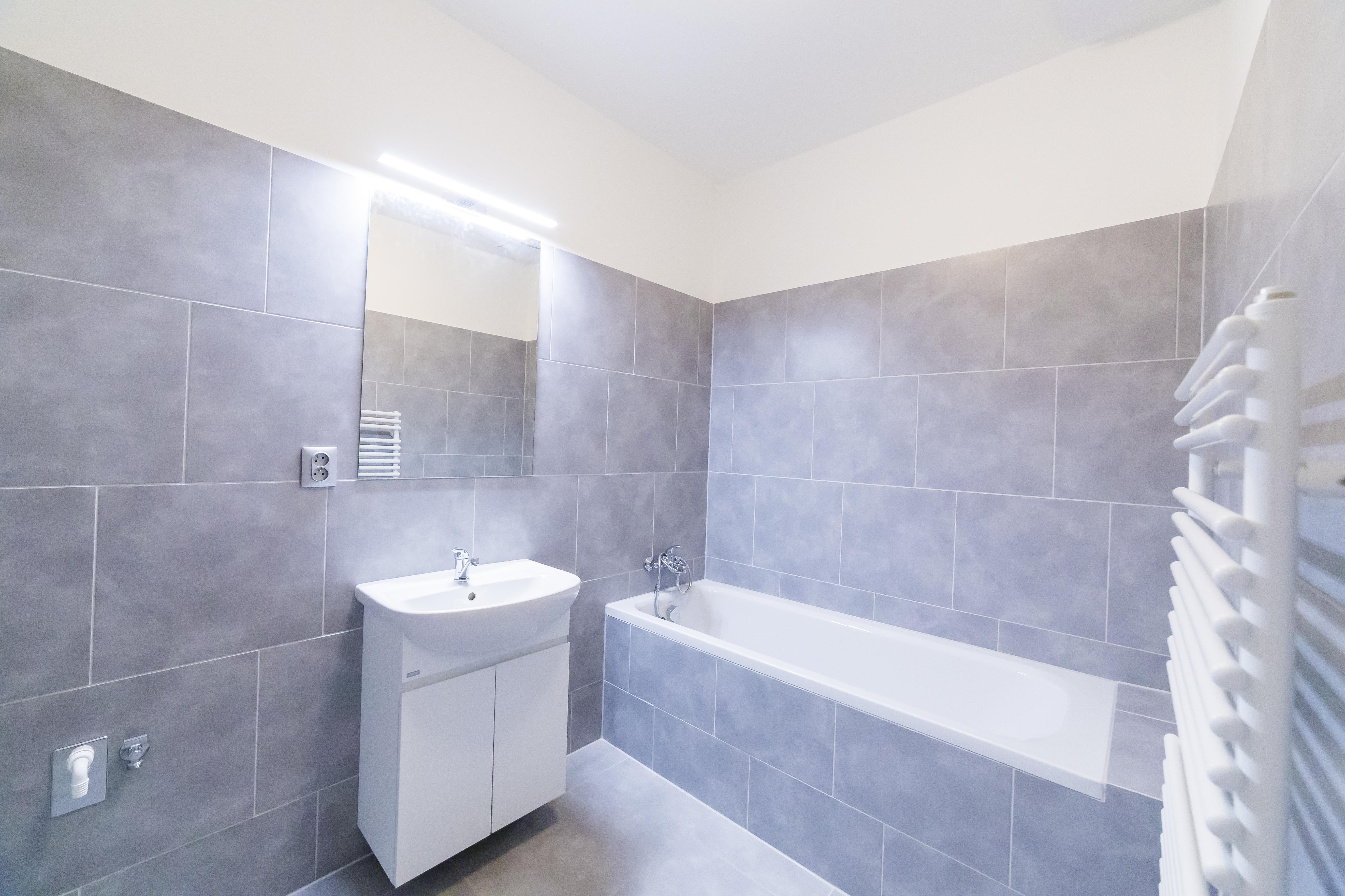 koupelna svetlo zrcadlo radiator zebrik skrinka obklady seda opava pronajem opava linda bittova