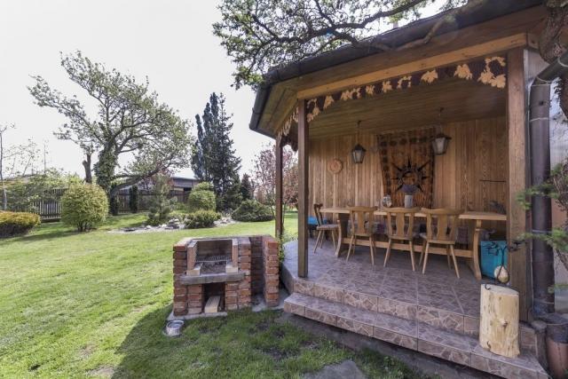posezeni gril stůl židle zahrada strom tabor prodej domu linda bittova
