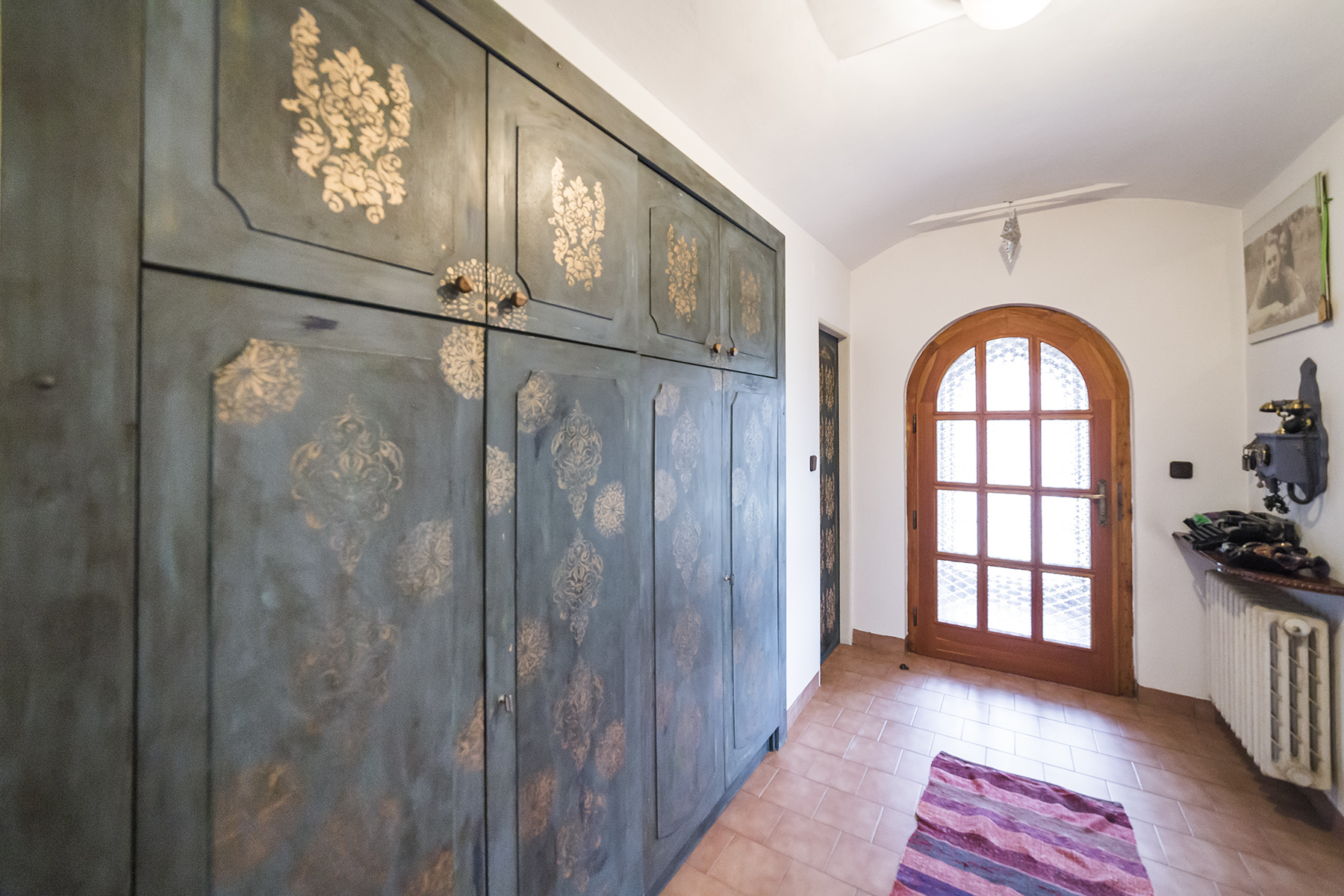 skrin dvere dlazba koberec telefon radiator rodinny dum tabor linda bittova
