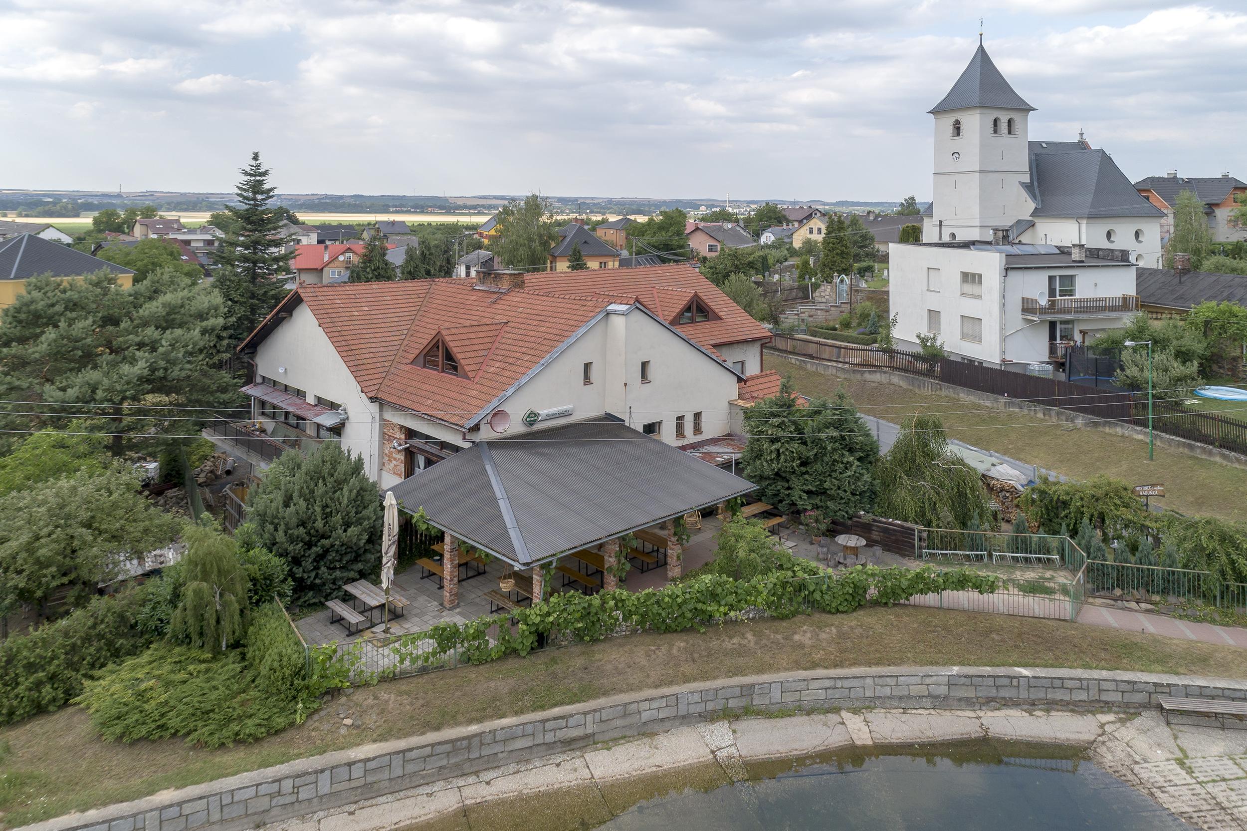 dum voda koupaliste rybnik kostel strecha zelen terasa bazen
