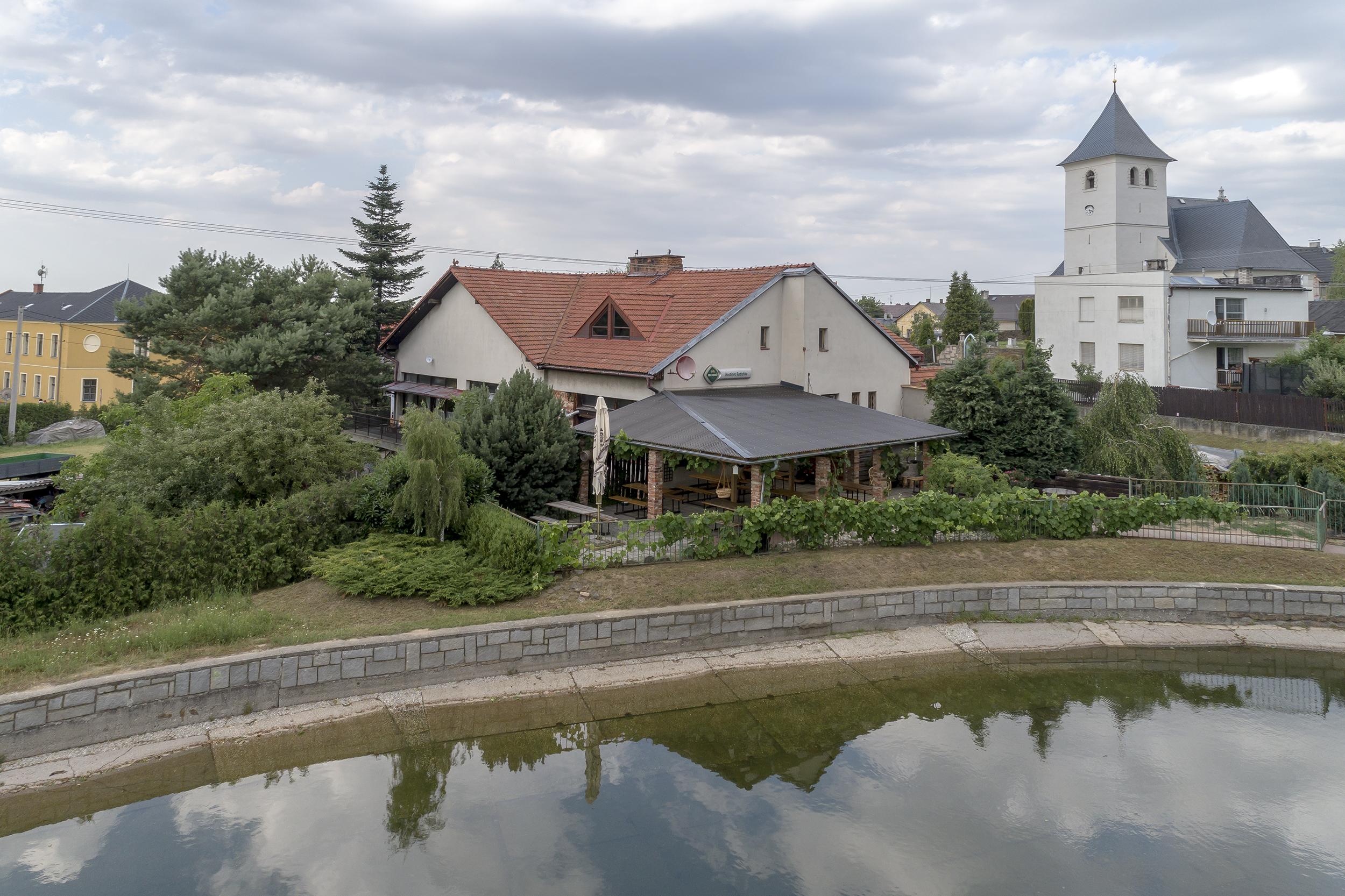 dum restaurace kostel voda rybnik strom zahrada plot strecha