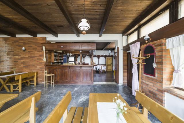 restaurace stul lavice ubrus kvetina linda bittova prodej nemovitosti svetlo bar
