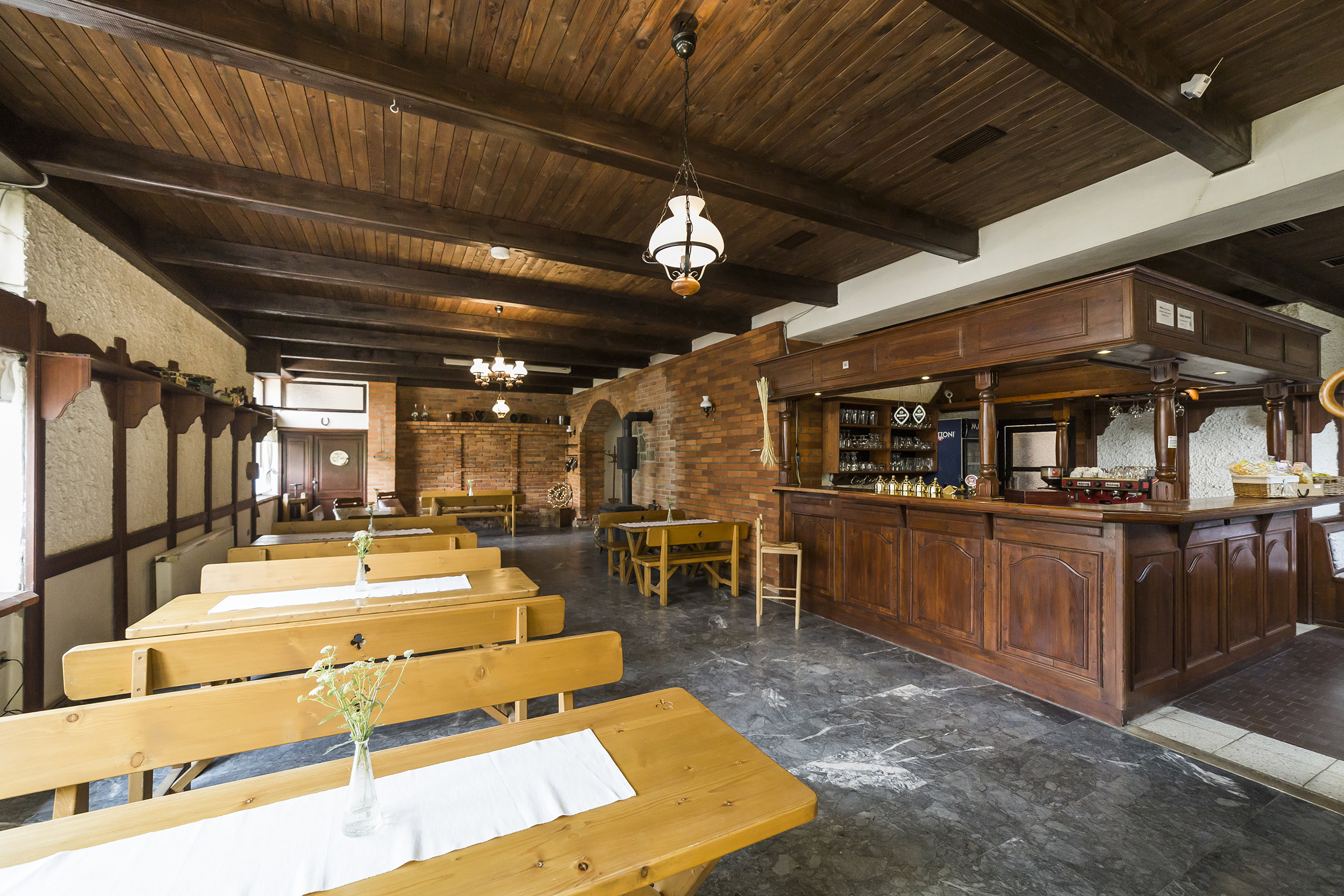 restaurace radunka radun ubrus stul lavice bar strop linda bittova