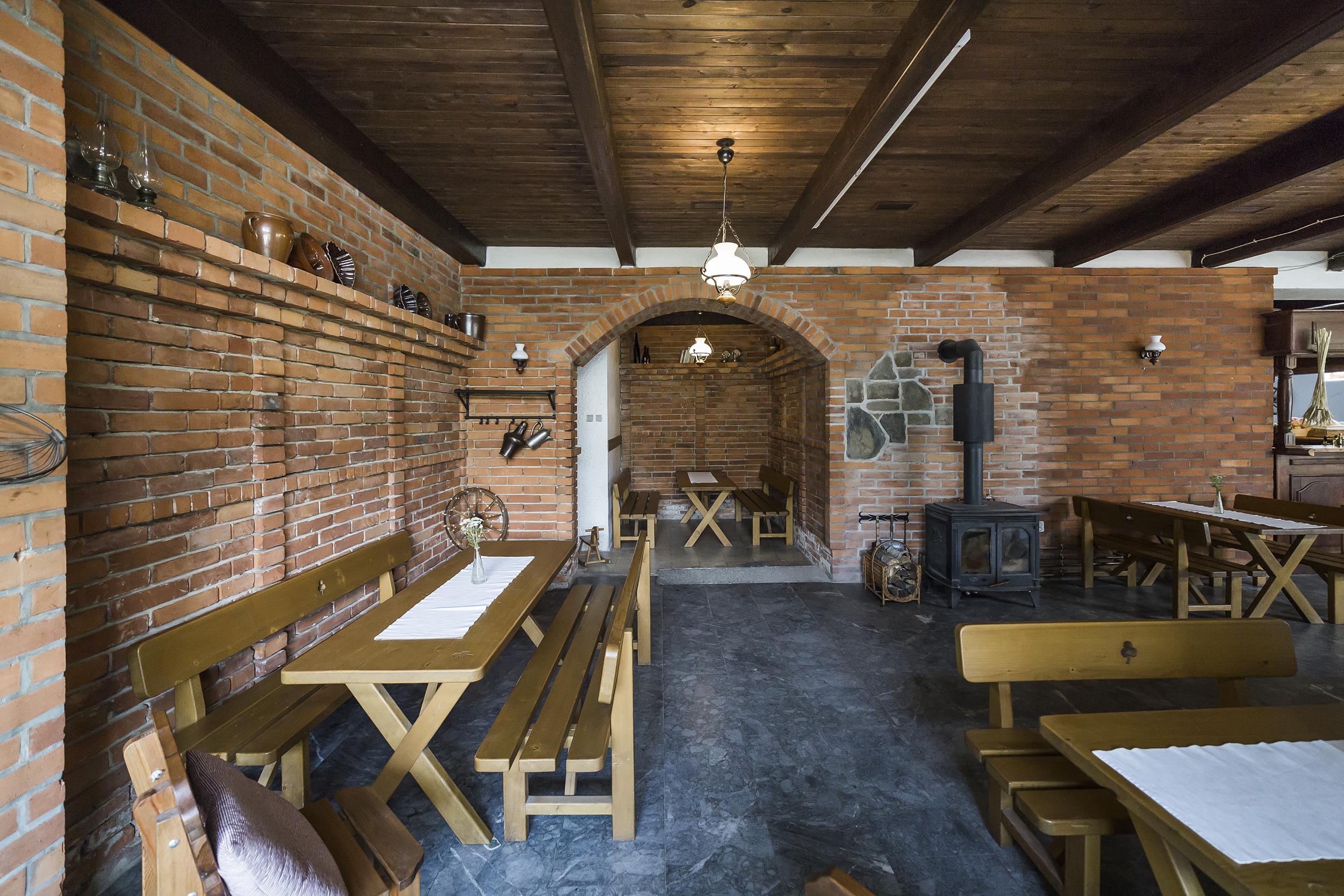 restaurace lavice stul kamna svetlo cihla linda bittova prodej domu radun radunka