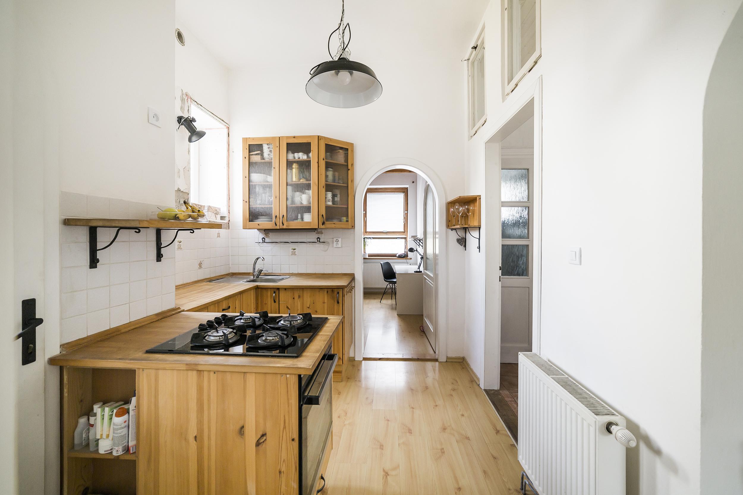 kuchyn svetlo sporak okno podlaha policka topeni dvere byt prodej domu radun linda bittova