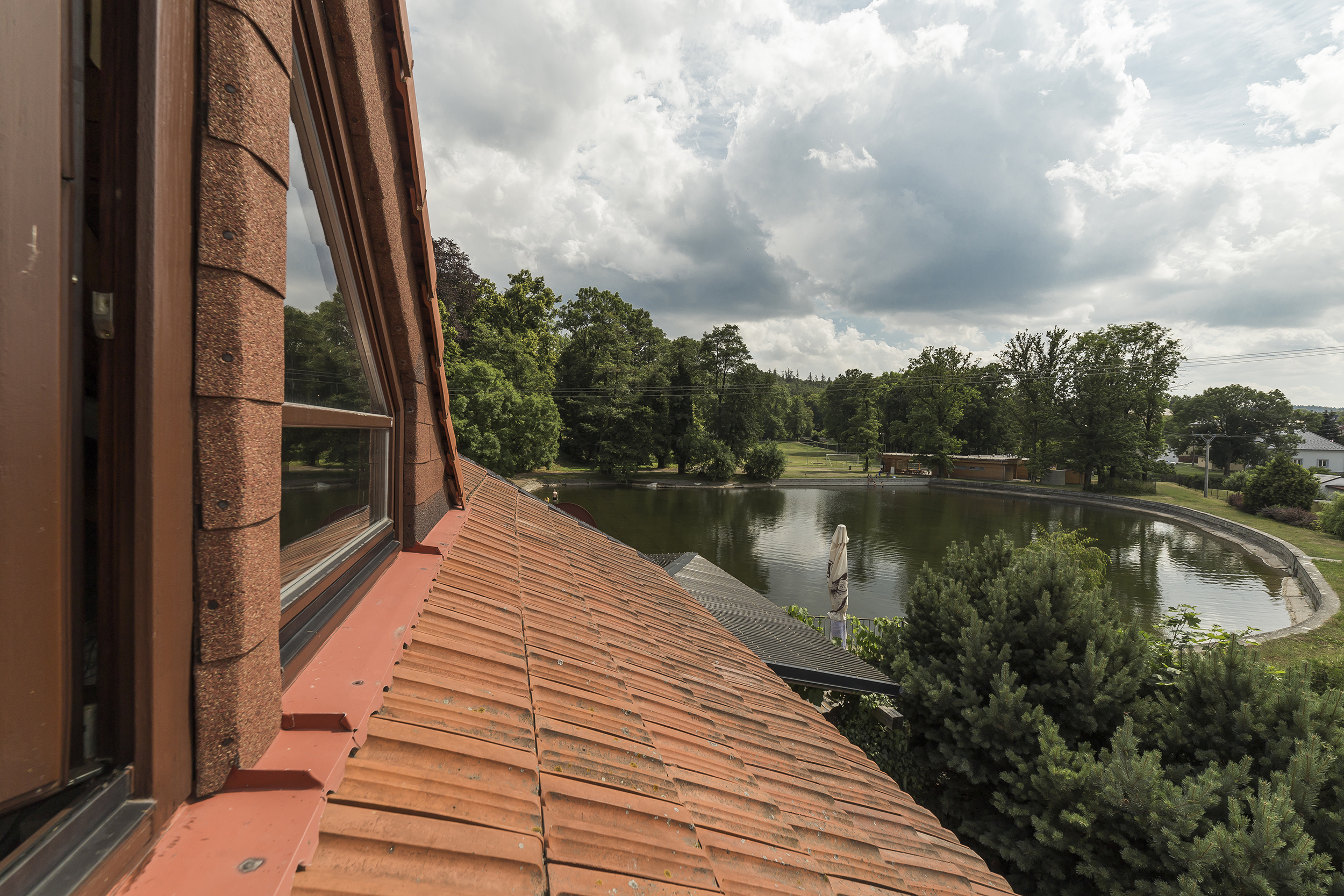 puda okno rybnik strom nebe mrak voda vyhled okno strecha radunka prodej domu radun linda bittova
