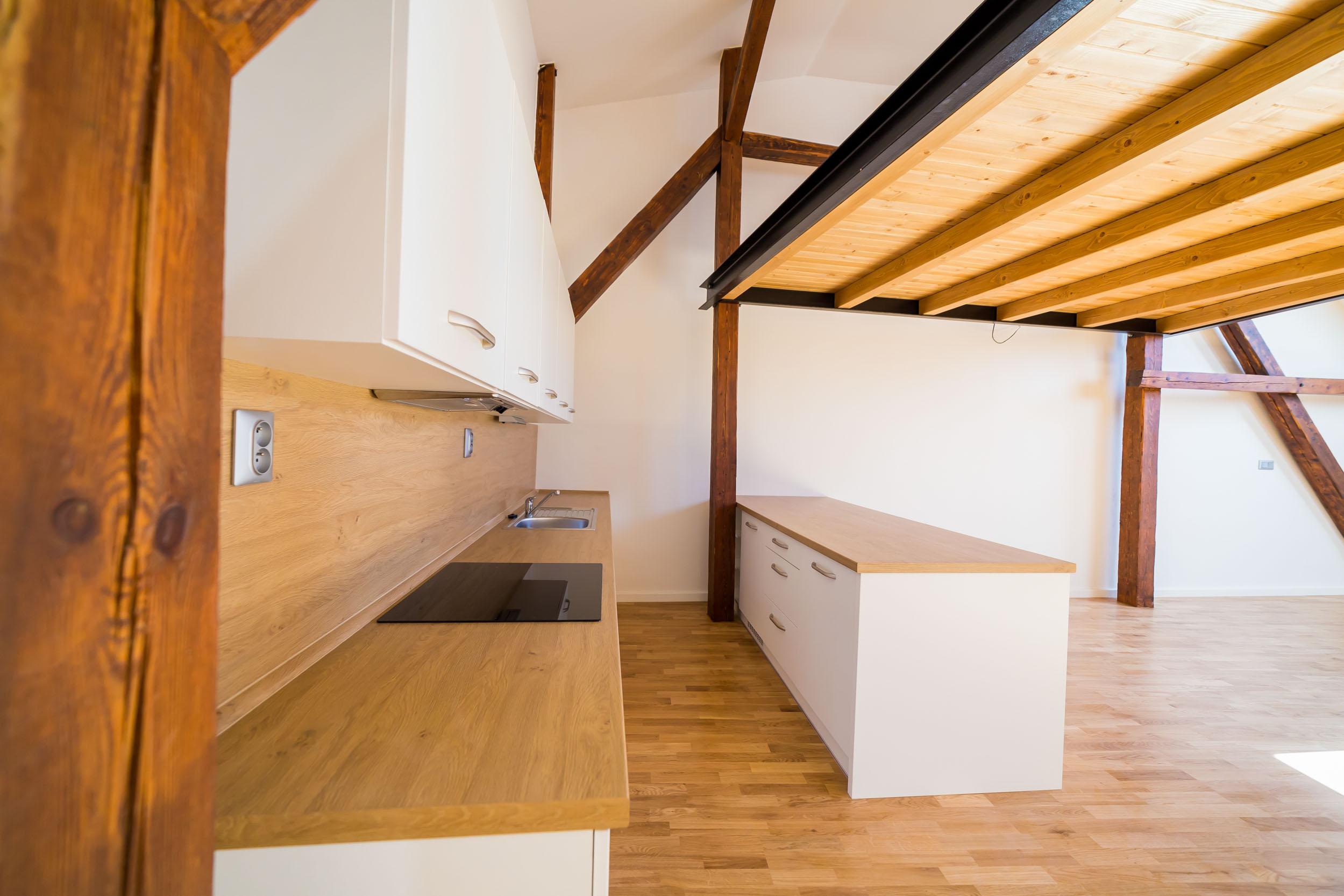 opava reality kuchynska linka skrinka tram zasuvka drevena podlaha varna deska drez baterie