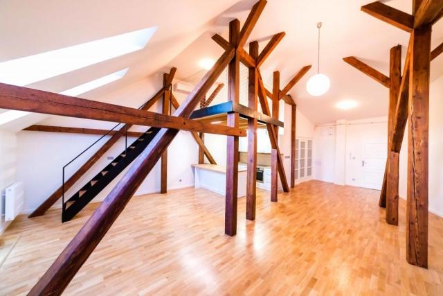 opava reality tram drevena podlaha schodiste spaci patro radiator kuchynska linka koule