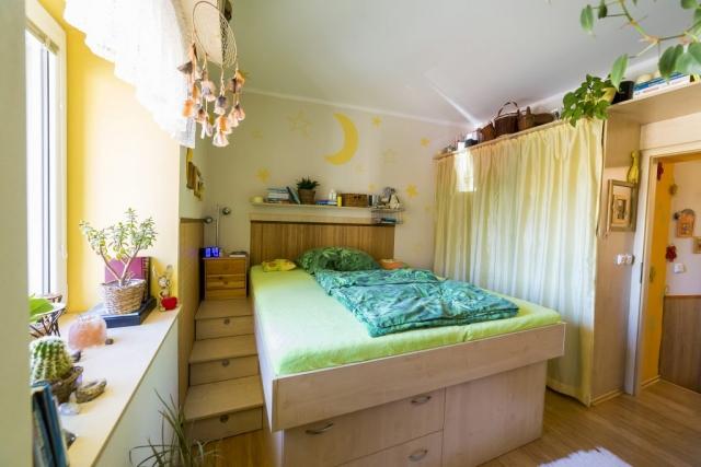 opava reality postel okno zaves skrin dvere budik kvetina mesic loznice