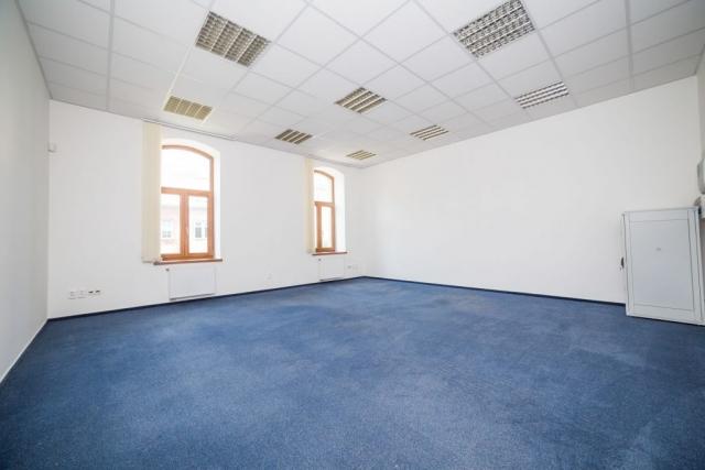opava reality server okno podhled svetlo modry koberec zasuivka
