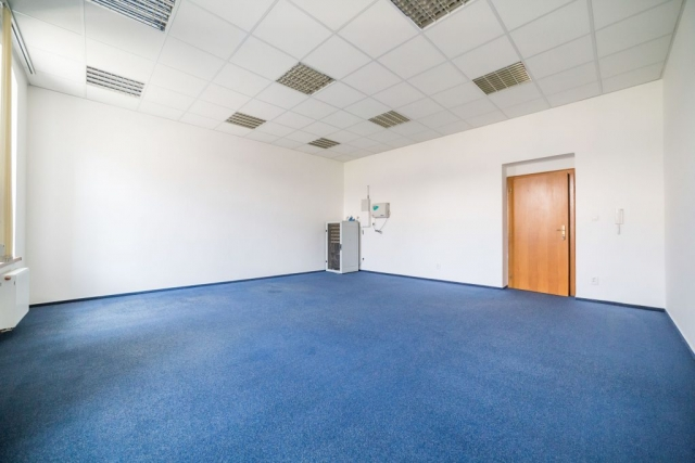 opava reality dvere modry koberec podhled svetlo radiator server telefon
