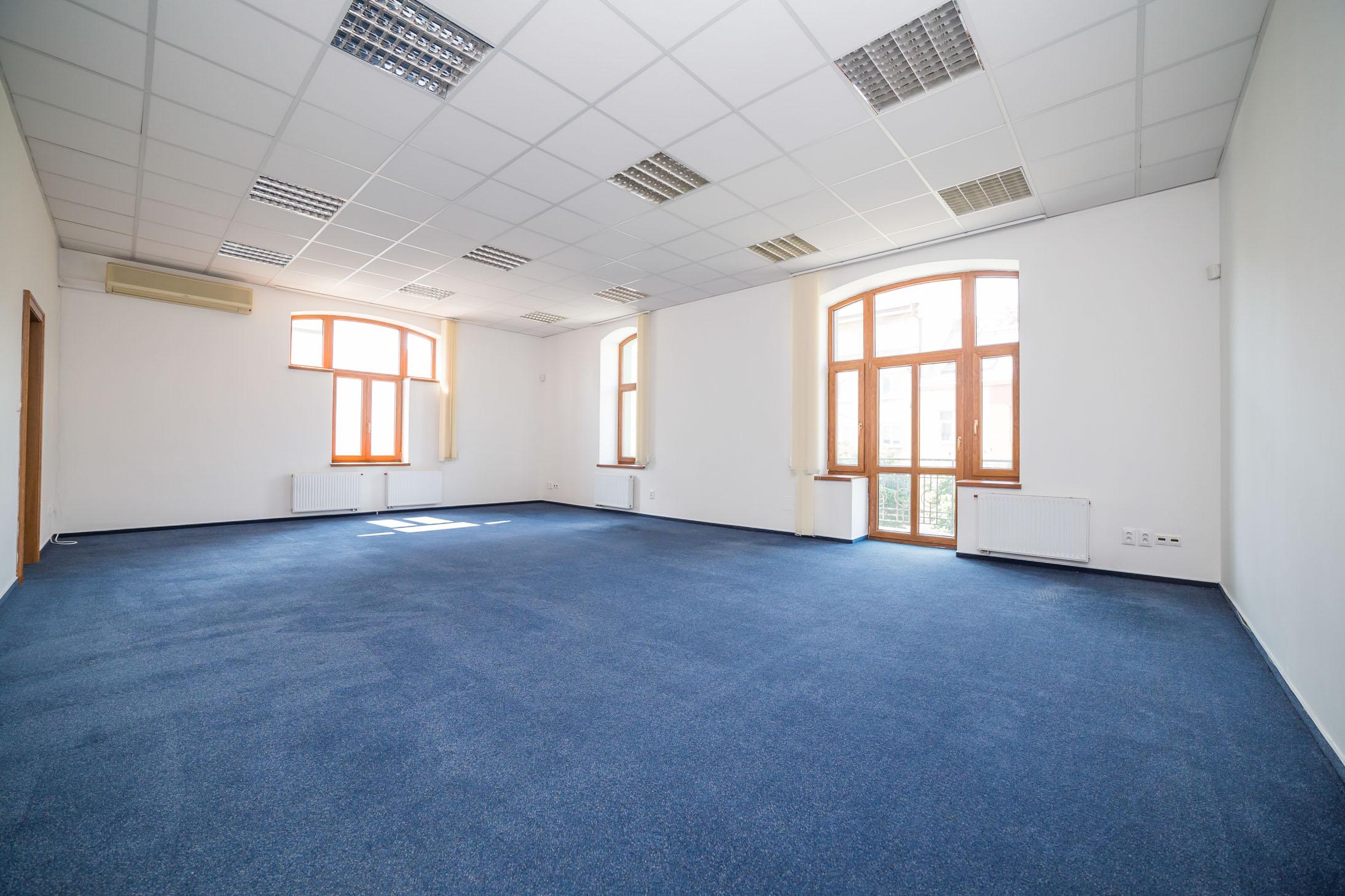 opava reality modry koberec okno balkon klimatizace dvere zasuvka radiator