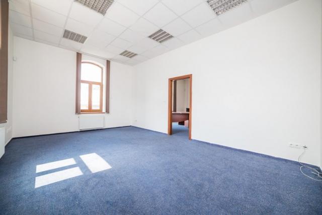 opava reality modry koberec dvere okno podhled svetlo radiator zasuvka kabel