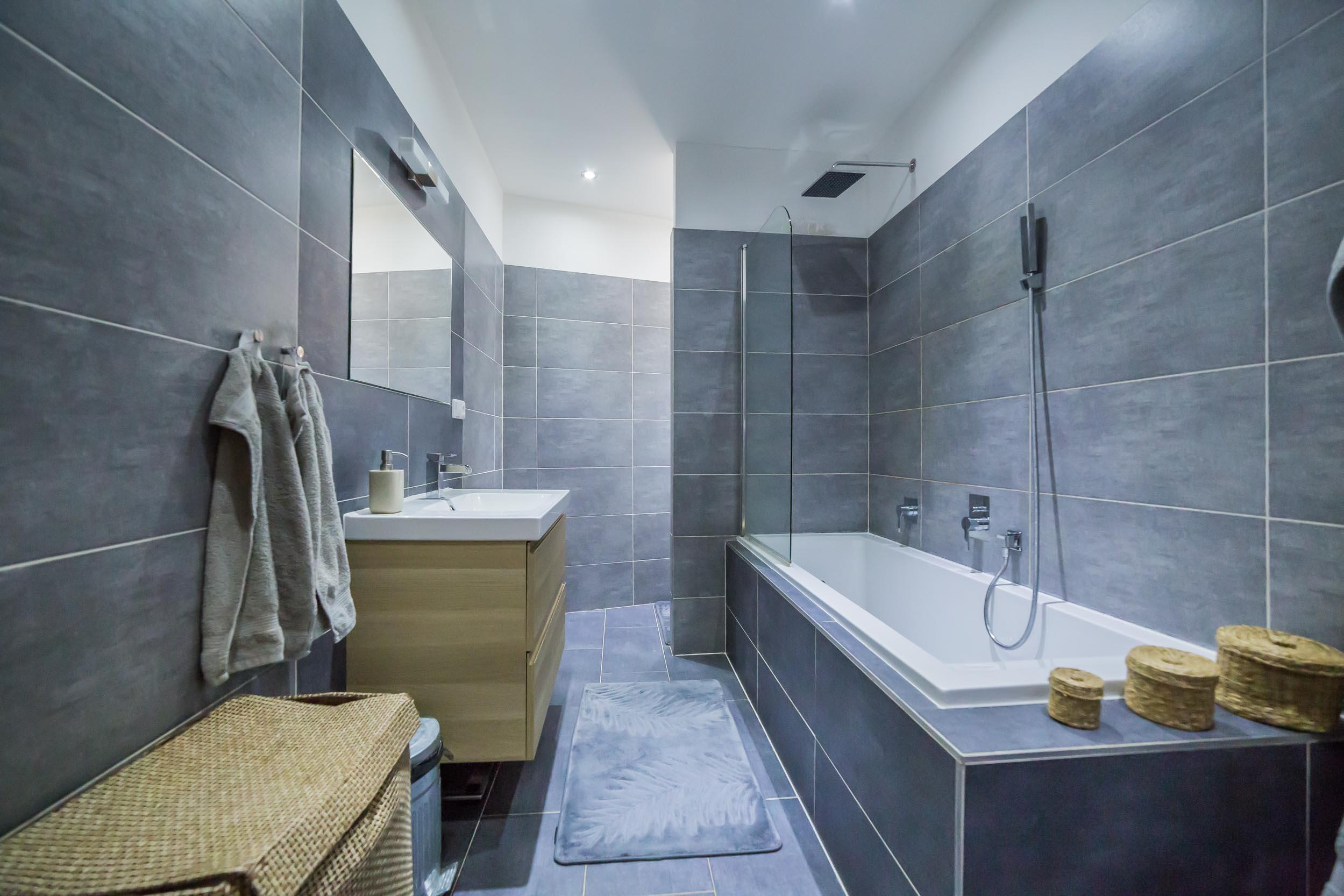 opava reality koupelna vana umyvadlo zrcadlo rucnik kosik svetlo koberec kosik