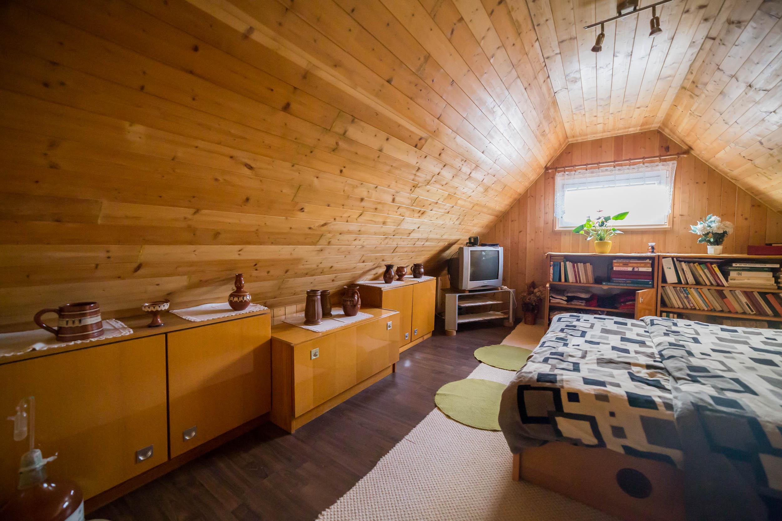 opava reality dreveny strop okno postel skrin televize kniha koberec kvetina