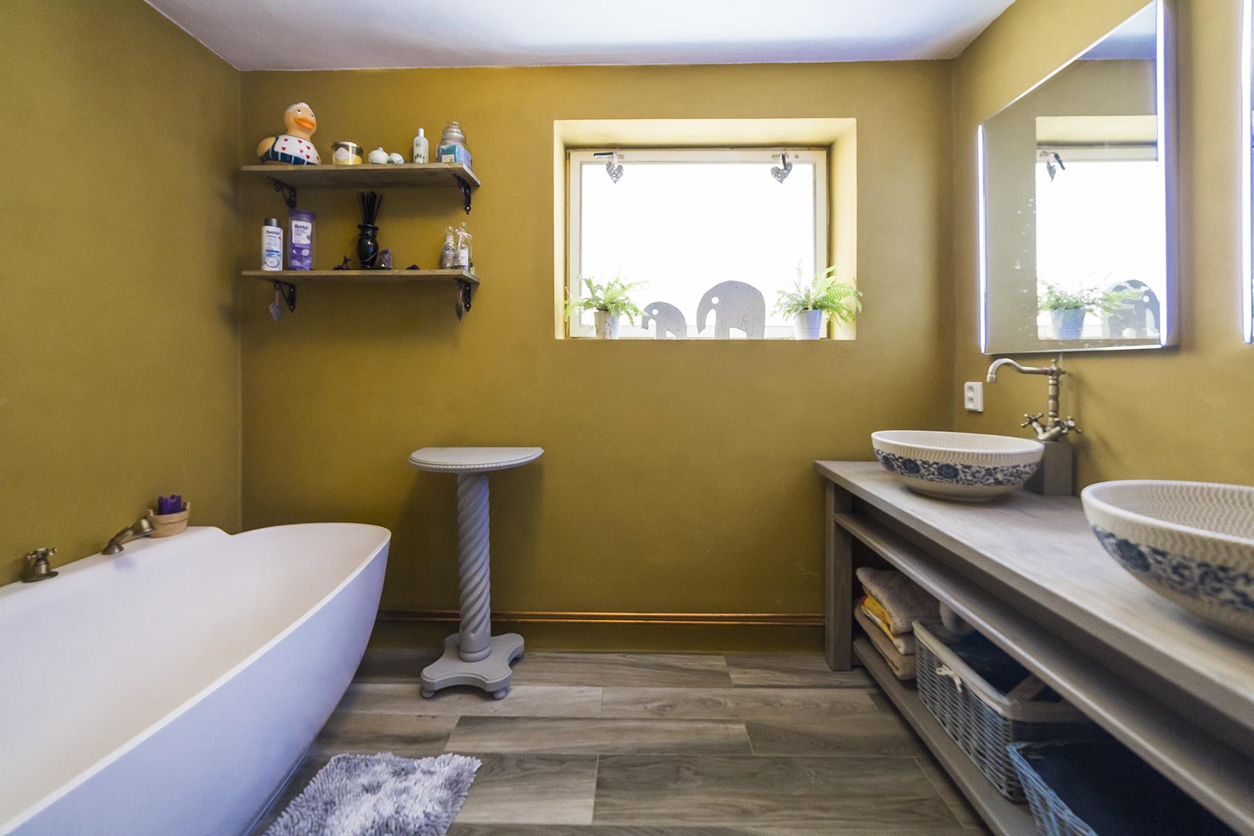 koupelna okno zrcadlo umyvadlo vana dlazba kosik rucnik tabor rodinny dum linda bittova