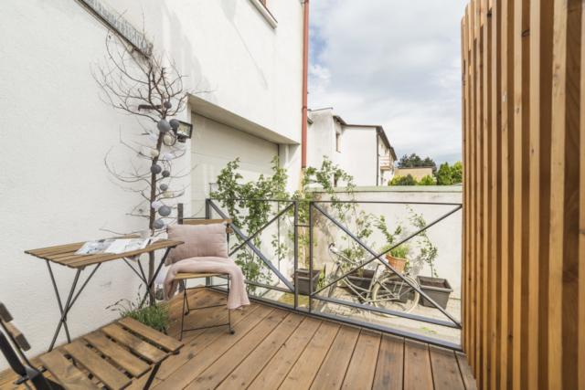 terasa zahrada plot drevo koule zidle polstar bylina kolo kvetinac linda bittova
