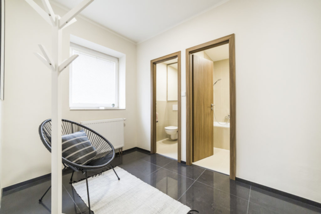 dvere koupelna zachod okno podlaha obklad kreslo vesak polstar prodej bytu opava linda bittova