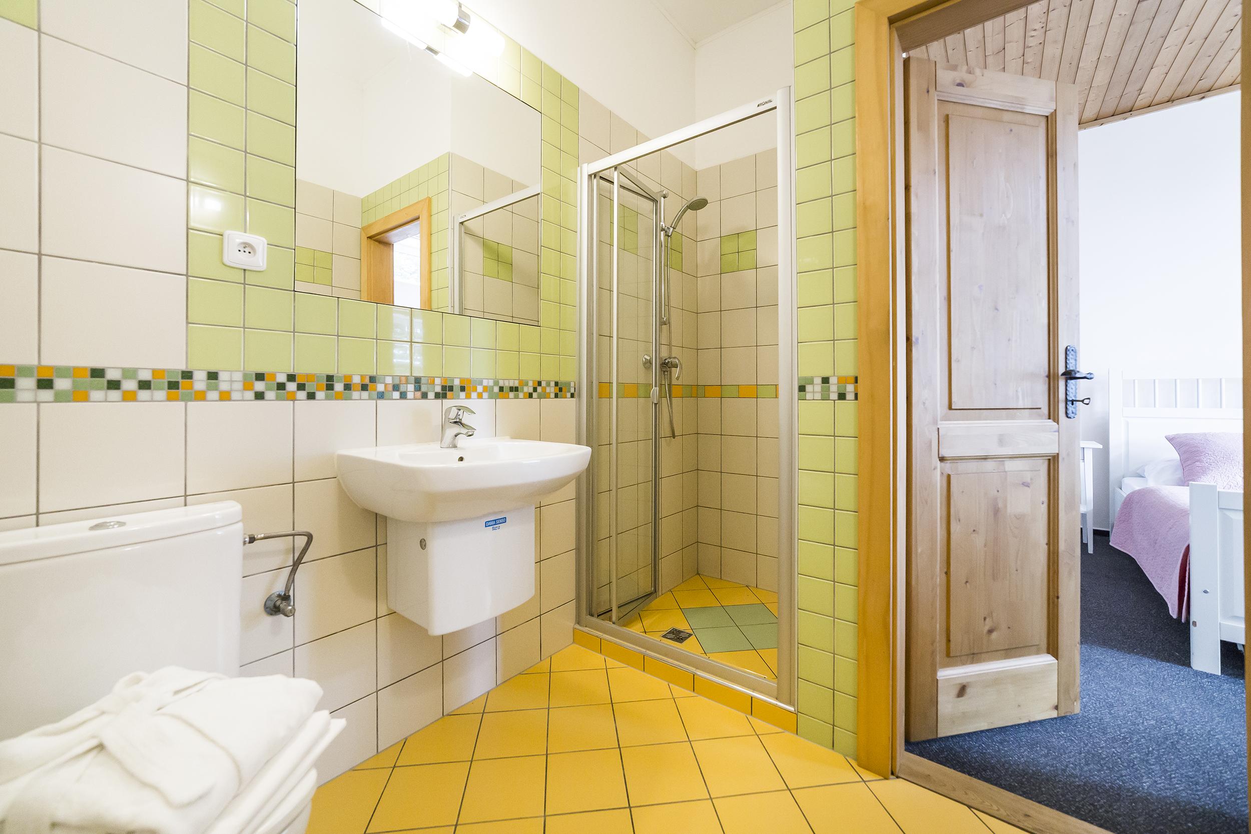 koupelna radunka apartman dvere sprcha umyvadlo zachod zrcadlo prodej domu radun linda bittova