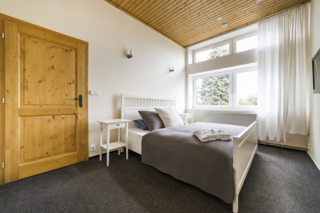 apartman pokoj postel polstar okno zaves dvere koberec radunka prodej domu radun linda bittova