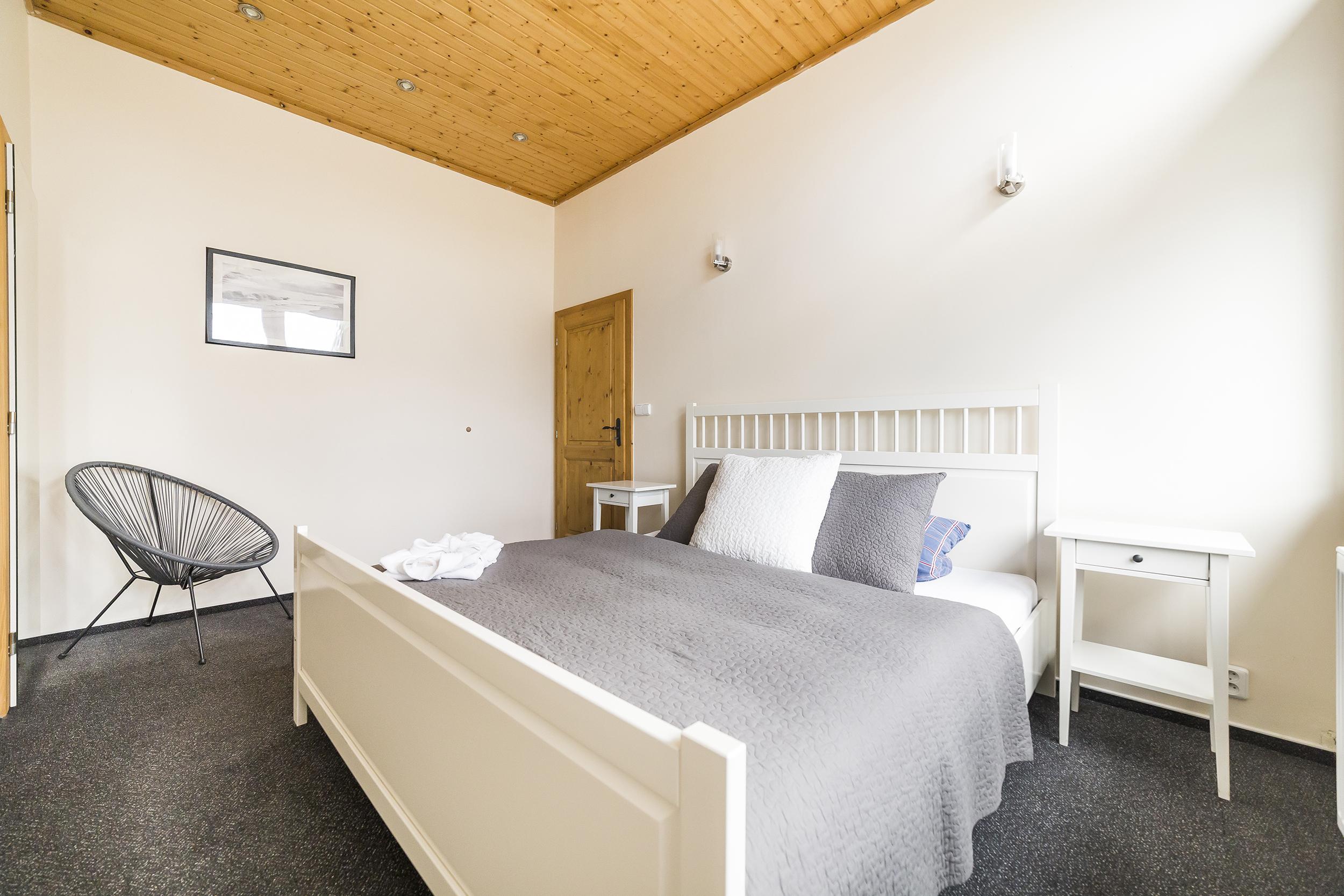 apartman radunka postel pokoj zidle obraz svetlo prehoz polstar prodej domu radun linda bittova