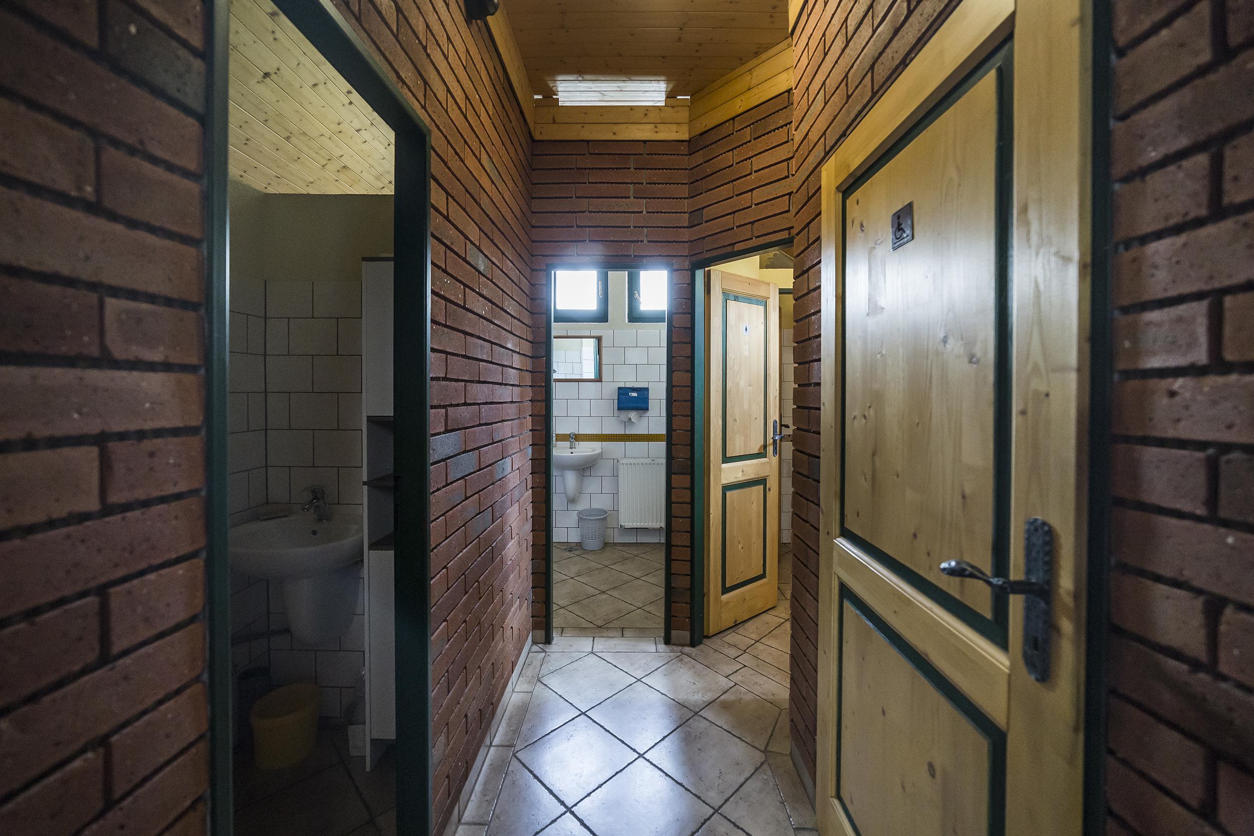 dvere zachod wc toaleta umyvadlo okno klika linda bittova prodej domu radun