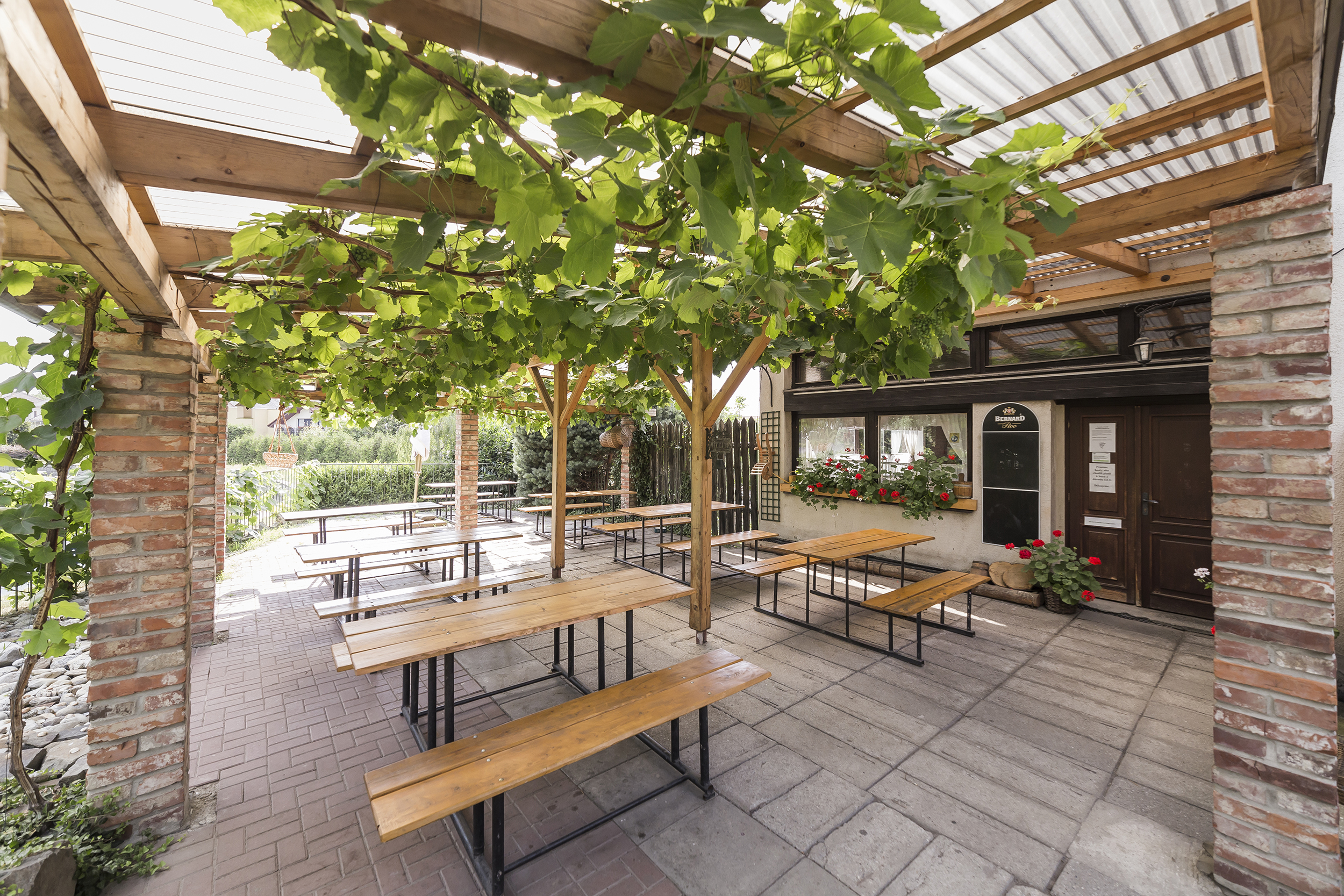 terasa lavicka restaurace vino strecha cihla kvetina