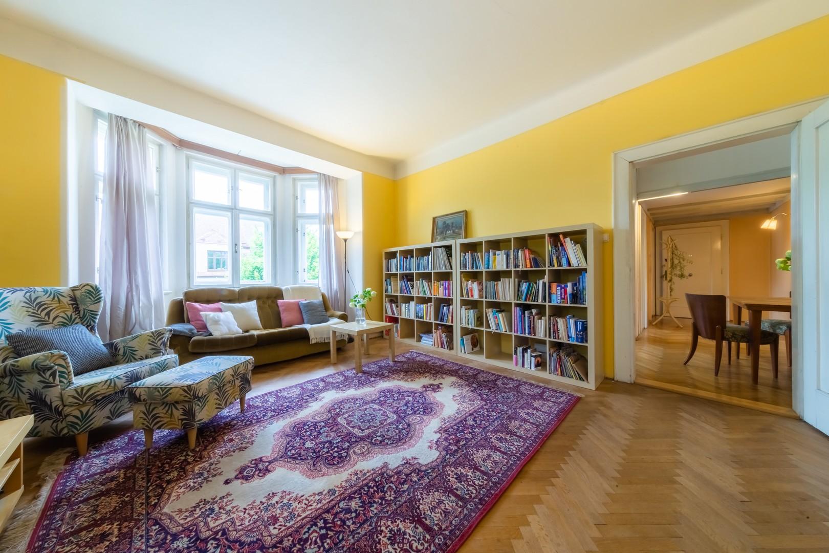 knihovna zidle parkety koberec kreslo knihovna kniha obraz