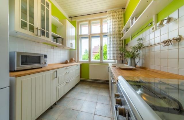 kuchyn svetlo mikrovlnka police sporak zaves