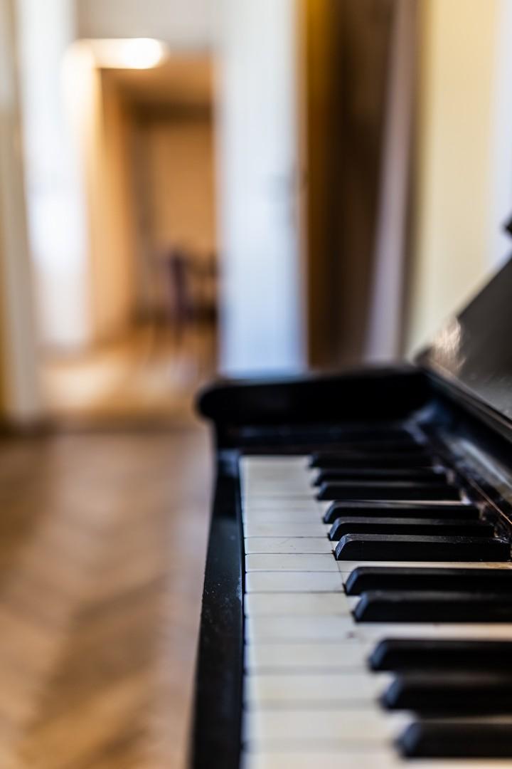klavesy klavir parkety dvere