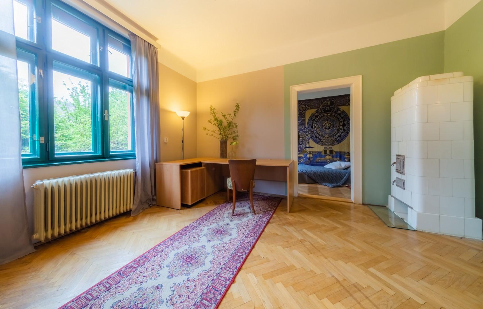 kamna okno zidle stul koberec parkety kvetina lampa