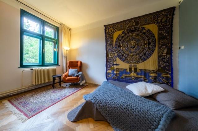 koberec okno kreslo radiator parkety postel polstar lampa