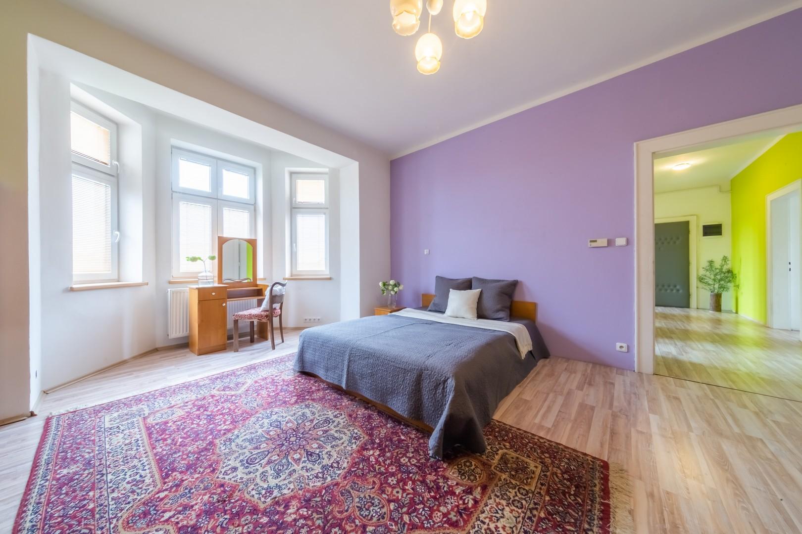 loznice postel okno podlaha dvere zidle svetlo