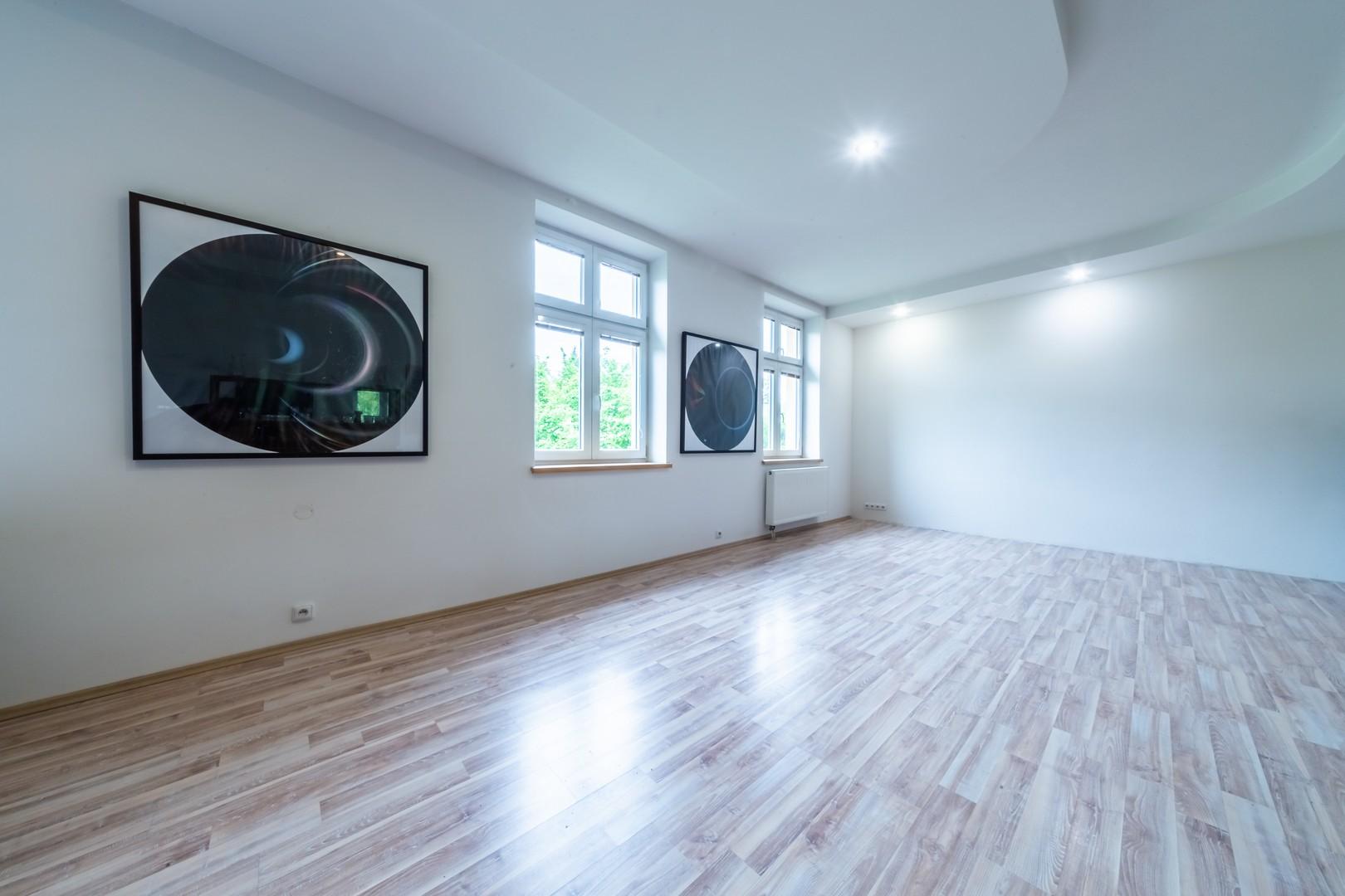obyvak okno obraz radiator okno svetlo podhled